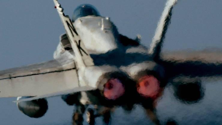 Einer der möglichen neuen Kampfjets, der F/A18E Super Hornet. Der Kauf der Vehikel soll zu 100 Prozent mit Gegengeschäften kompensiert werden, sagt die Sicherheitskommission des Ständerats.  (KEYSTONE/AP Photo/Junji Kurokawa)