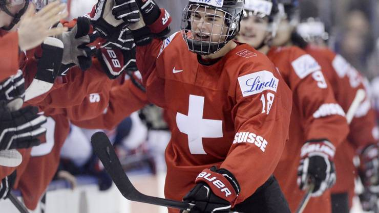 Nico Hischier nimmt die Gratulationen seiner Teamkollegen entgegen