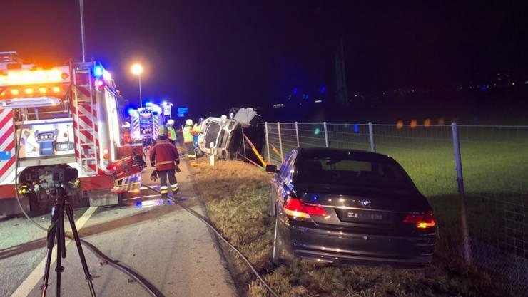 Spektakulärer Unfall bei Maienfeld: drei Personen wurden verletzt, drei Fahrzeuge total beschädigt.