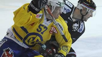 Harter Kampf zwischen Davos (Stoop) und Fribourg (Abplanalp)