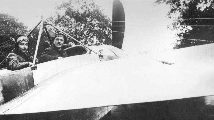 Flugpionier Theodor Borrer (links) mit SZ-Redaktor A. Billo im Cockpit.