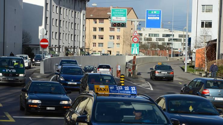 Oft verstopft: Der Luzernerring in Basel. Der Zubringer Bachgraben soll nun Entlastung bringen – auf Kosten des Baselbiets.