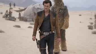 """Alden Ehrenreich (l) und Joonas Suotamo spielen eine Szene von """"Solo: A Star Wars Story"""". Der Film belegte am Wochenende vom 25. bis 27. Mai 2018 in den US-Kinocharts den ersten Platz, allerdings weniger erfolgreich als erwartet. (Archiv)"""