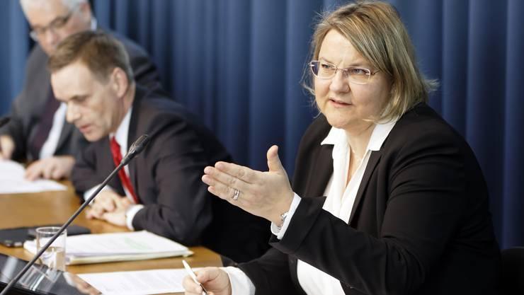 Kantonsärztin Yvonne Hummel an einer Corona-Medienkonferenz. Im Hintergrund: Gesundheitsdirektor Jean-Pierre Gallati und Regierungssprecher Peter Buri.