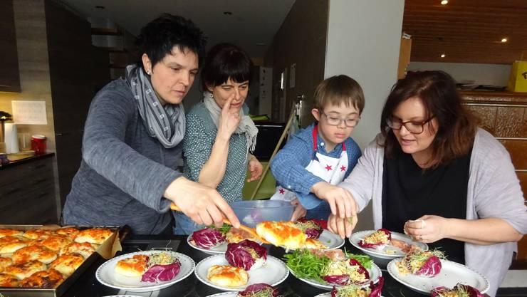 Von links Gastgeberin Karin Hengartner, Carla Tresch, Giulian und SRF-Produktionsleiterin (privat anwesend) Sandra Veneri.