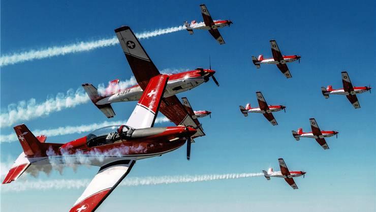 Das PC-7-Team in Action: Am Jugendfest Villmergen werden die neun Piloten und vier Fallschirmaufklärer eine spektakuläre Show bieten.
