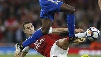 Granit Xhaka (am Boden im Tackling) feiert nach dem Triumph im Super Cup auch einen Startsieg mit Arsenal in der englischen Premier League