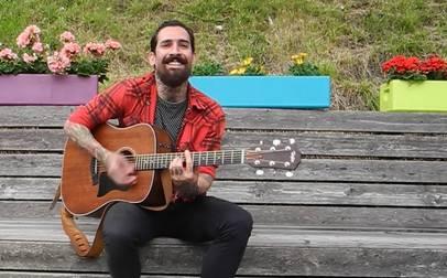 Der Brasilianer Marcelo Attie spielt auf dem «Triebguet» in Baden sein Lied «Meia-noite».