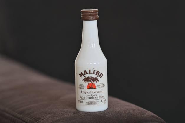 Die erste Flasche der Sammlung: Diese Flasche des Kokoslikörs kaufte sich Kissling während den Skiferien in Adelboden vor 25 Jahren.