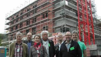 Von links: Karl Hauswirth, Roger Schnellmann, Lucia Grüter, Ueli Blaser, Max Bobst (Präsident von OptimaSolar), Hans-Ruedi Mooser (Blumenhaus-Finanzchef) und Hauswart Markus Huber. Im Hintergrund der Rohbau des neuen Wohnheims.