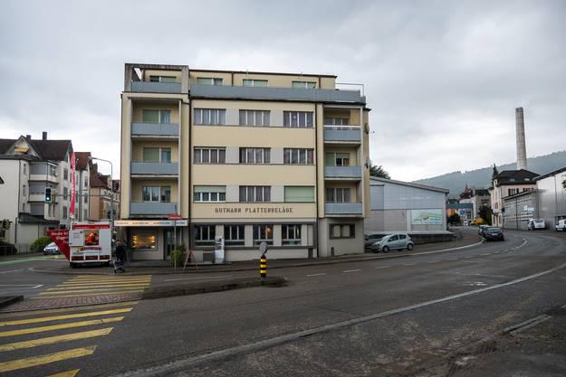 Blick auf die Firma Gutmann Plattenbeläge in Rorschach. Links der Güggeliwagen, der jeweils am Freitag vor dem Unternehmen steht.
