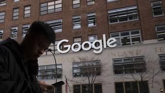 Die russische Medienaufsichtsbehörde Roskomnadsor will ein neues Verfahren gegen Google einleiten.  Denn der Internetriese halte sich nicht an russische Gesetze. (Archivbild)