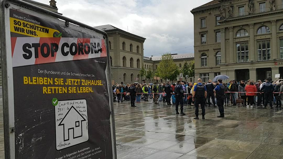 Berner Polizei löst unbewilligte Anti-Lockdown-Demo auf dem Bundeshausplatz auf