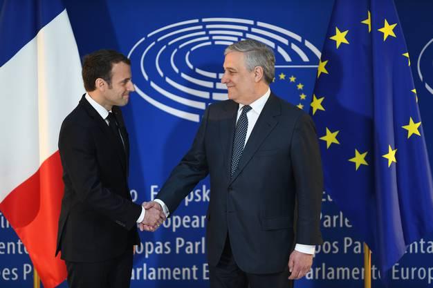 Der Präsident des Europaparlaments, Antonio Tajani, begrüsst Macron.
