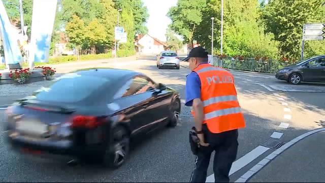 Die Regionalpolizei Zurzibiet will die Autofahrer für den Schulanfang sensibilisieren – in Lengnau verhält sich ein Autofahrer alles andere als vorbildlich.