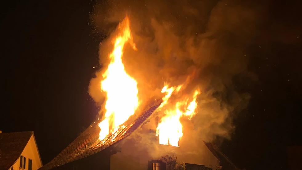 Feuer bricht in der Dachstockwohnung aus