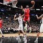 Houston Rockets' Center Clint Capela (Nummer 15) ist vor dem Spanier Pau Gasol (16) von den San Antonio Spurs am Ball
