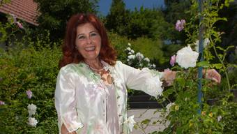 Die Sängerin und Regisseurin Hanna Matti in ihrem Garten. Peter Siegrist