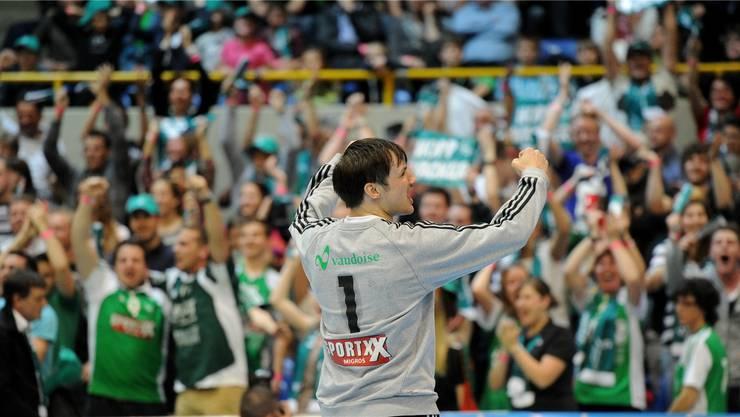 So wars vor einem Jahr: Wacker-Goalie Andreas Merz jubelt nach dem Cupsieg den eigenen Fans zu.