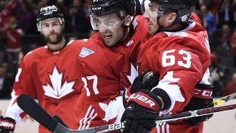 Kanadas Brad Marchand (Nr. 63) bejubelt sein Tor zum 1:0 gegen das Team Europa mit seinen Teamkollegen