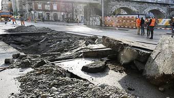 Ein Loch in der Limmatstrasse nach dem Bruch einer Wasserleitung