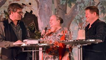 Bibliotheksleiterin Annemarie Huber-Ruepp wurde in Sarmenstorf mit einer Abschiedsfeier überrascht, an der Hanspeter Müller-Drossaart und Urs Heinz Aerni als Gäste auftraten.