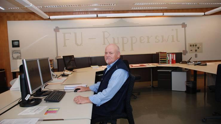 Überwachung: Im Büro kontrolliert Ernst Gygax am Computer den reibungslosen Betrieb des Frequenzumformerwerkes.  Bild: Irena Jurinak
