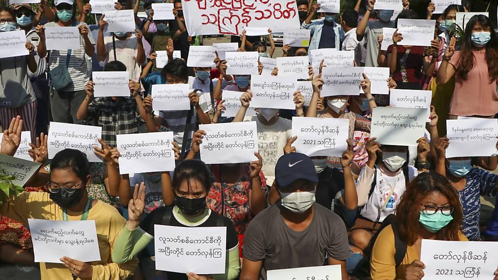 Menschen nehmen während des «Thingyan»-Festes mit Plakaten an einem Protest gegen die Militärregierung teil. Demonstranten organisierten einen Boykott der offiziellen Feier des «Thingyan», dem traditionellen Neujahrsfest des Landes, das normalerweise eine Zeit der Familienzusammenführung und des Feierns ist. Foto: --/AP/dpa