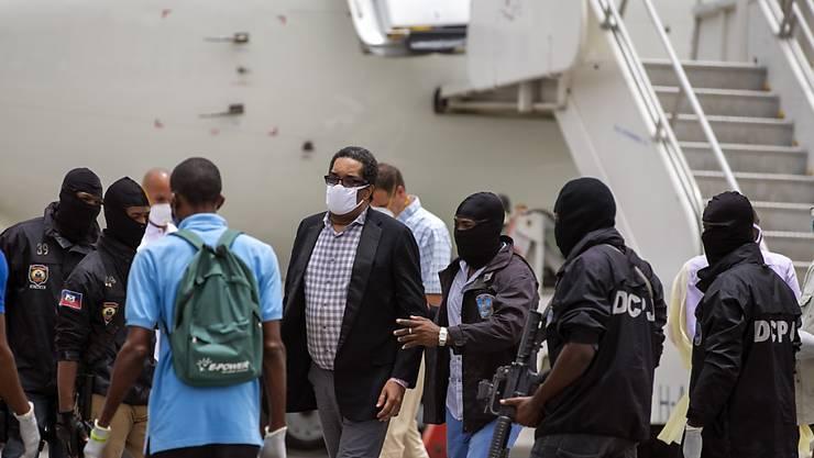 Der ehemalige Paramilitär Emmanuel Constant (Bildmitte) ist nach seiner Abschiebung aus den USA nach Haiti noch am Flughafen in Gewahrsam genommen worden.