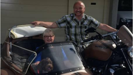 """Der Gemeinderatskandidat auf seiner 2300er-Triumph mit Lebenspartnerin Yvonne Senn und Familienhund Quigley (er wurde nach dem australischen Kultfilm """"Quigley der Australier"""" benannt) im Seitenwagen."""