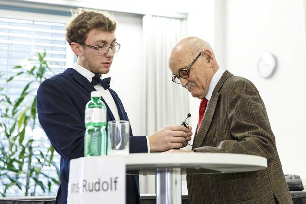 Christof Huber installiert das Mikro bei Hans-Rudolf Lutz