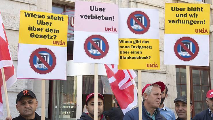 Gegen den Fahrdienst Uber ist schon mehrmals protestiert worden. Jetzt hat das Baselbieter Strafgericht einen Uber-Fahrer verurteilt. (Archivbild: KEYSTONE/Georgios Kefalas)