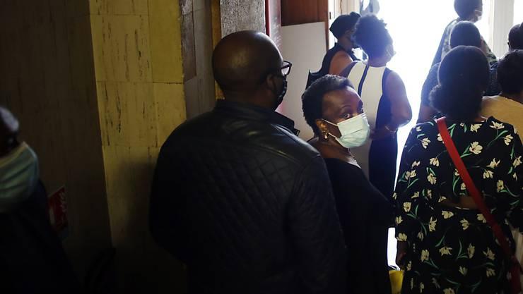 Angehörige von Kabuga, mutmaßlicher Drahtzieher des Völkermords in Ruanda, treffen in einem Pariser Gerichtsgebäude ein. Bei der Anhörung des 84-jährigen Kabuga geht es um seine mögliche Auslieferung an ein internationales Tribunal in Den Haag, das die letzten Fälle der UN-Tribunale zu Ruanda und Ex-Jugoslawien abwickelt. Der mutmaßliche Völkermord-Verantwortliche wies die gegen ihn erhobenen Vorwürfe heute vor Gericht zurück. Foto: Thibault Camus/AP/dpa