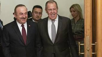 Gute Laune trotz schwieriger Lage: Der türkische Aussenminister Mevlüt Cavusoglu und sein russischer Amtskollege Sergej Lawrow vor Verhandlungen über eine Friendenslösung für Libyen.