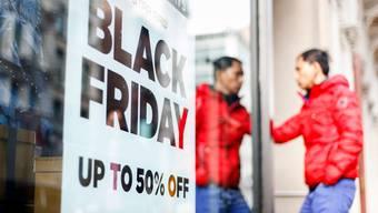 Am «Black Friday» locken Händler mit zahlreichen Schnäppchen. Die Rabattschlacht wird immer mehr online ausgetragen.