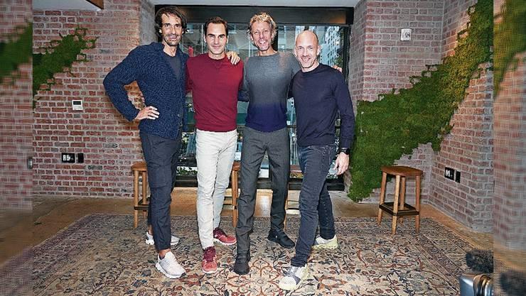 Roger Federer mit den Gründern von On.
