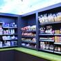 Unter blauem Himmel: Die Kunden können im Quartierladen aus einem grossen Sortiment auswählen.