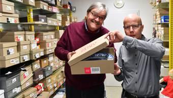 Peter Fäh (l.) und Rico Peter im Lager von «Elhandel». Hier lagert der Verein die Objekte, die er auf der Online-Plattform Ricardo verkauft.