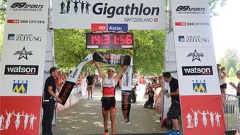 Gigathlon: Die Einzel-Gewinner Ramon Krebs und Nina Brenn im atemlosen Interview nach der Ziellinie.