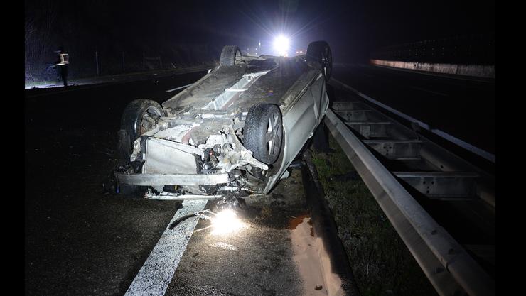 Auf der Autobahn A2 in Fahrtrichtung Basel ereignete sich am frühen Sonntagmorgen ein Selbstunfall