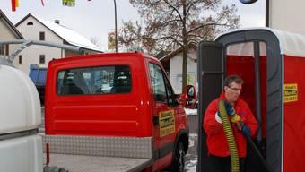 Nach der Niederwiler Dorffasnacht entleert Christoph Hüsser ein Miet-WC.