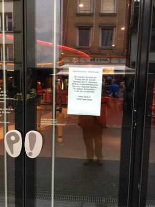 Gut sichtbar wurde der Aufruf an die Eingangstür des Kinos in der Steinenvorstadt gehängt.