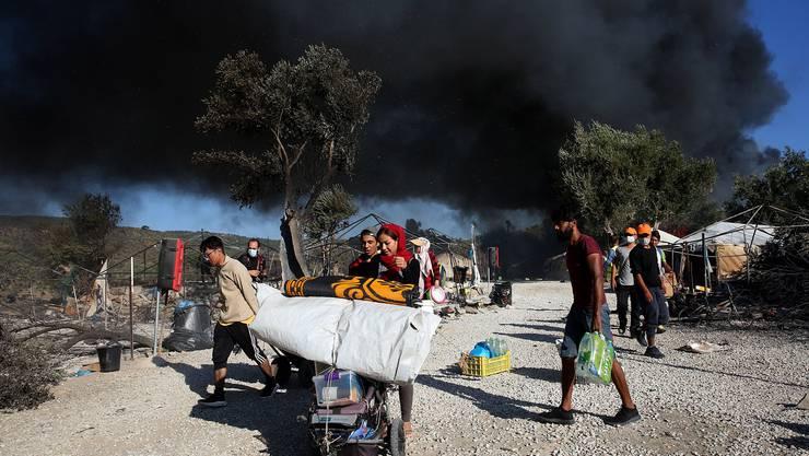 Flüchtlinge fliehen vom Brand, der im Flüchtlingslager Moria auf der Insel Lesbos wütete.