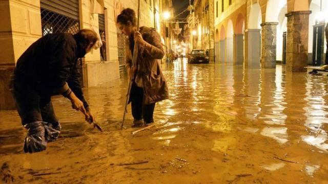 Überflutete Strassen in Chiavari 30 Kilometer südöstlich von Genua