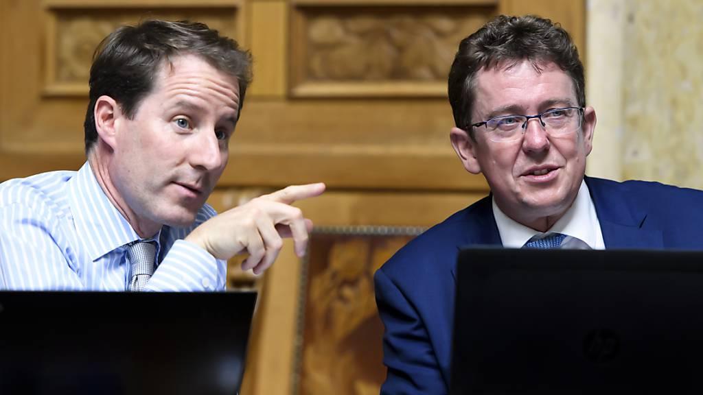 Die SVP-Führungspolitiker Thomas Aeschi (links) und Albert Rösti (rechts) wollen notfalls ein neues Sozialwerk wie die Überbrückungsrente vor das Volk bringen. (Archivbild)