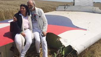 Angela und Jerzy Rudhart-Dyczynsk blicken auf das Trümmerfeld des abgestürzten Flugezeugs in der Ostukraine.