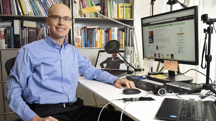 Allein in seinem Arbeitszimmer statt auf der grossen Bühne: Thomas Skipwith tritt normalerweise vor Livepublikum auf.