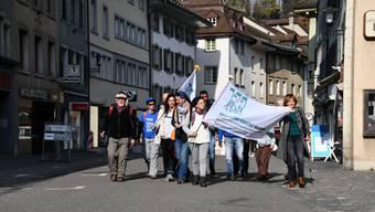 """Der """"Bainvegni Fugitivs Marsch"""" ist ein Marsch für Menschenrechte rund um die Schweiz. Er wird von verschiedenen humanitären Vereinigungen unterstützt. Hier ist die Gruppe in Brugg. An diesem Tag wanderte sie von Baden nach Frick."""