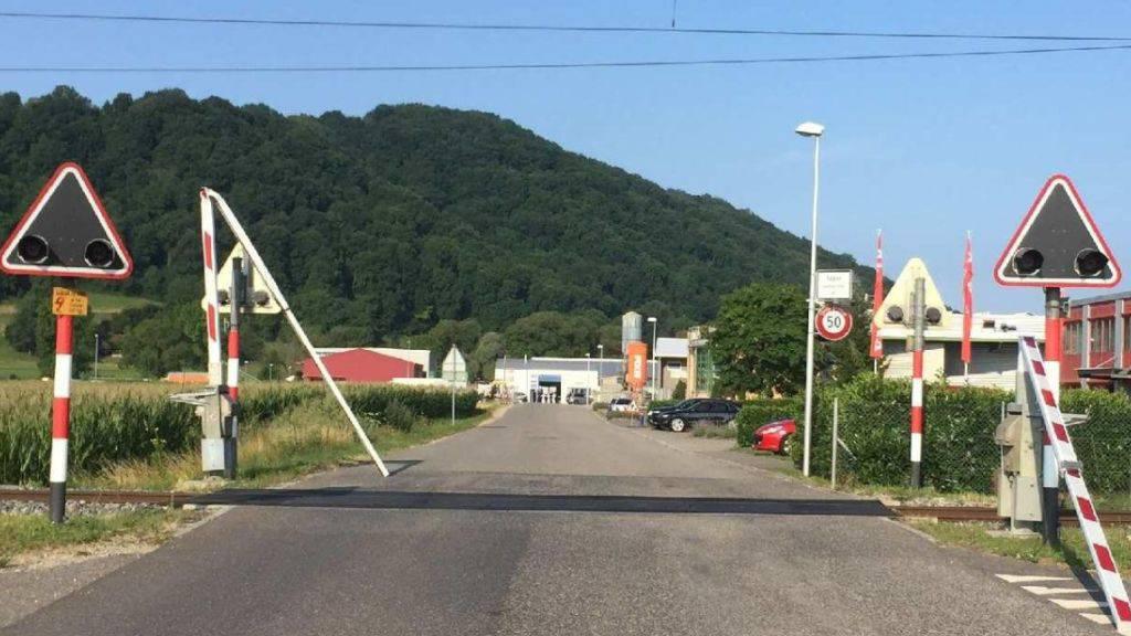Die Bahnschranken in Sugiez FR wurden bei Unfall zerstört und mussten ersetzt werden.