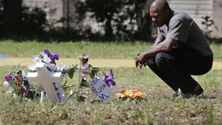 Ein Mann gedenkt im April 2015 am Ort des Geschehens in North Charleston des getöteten Walter Scott (Archiv).